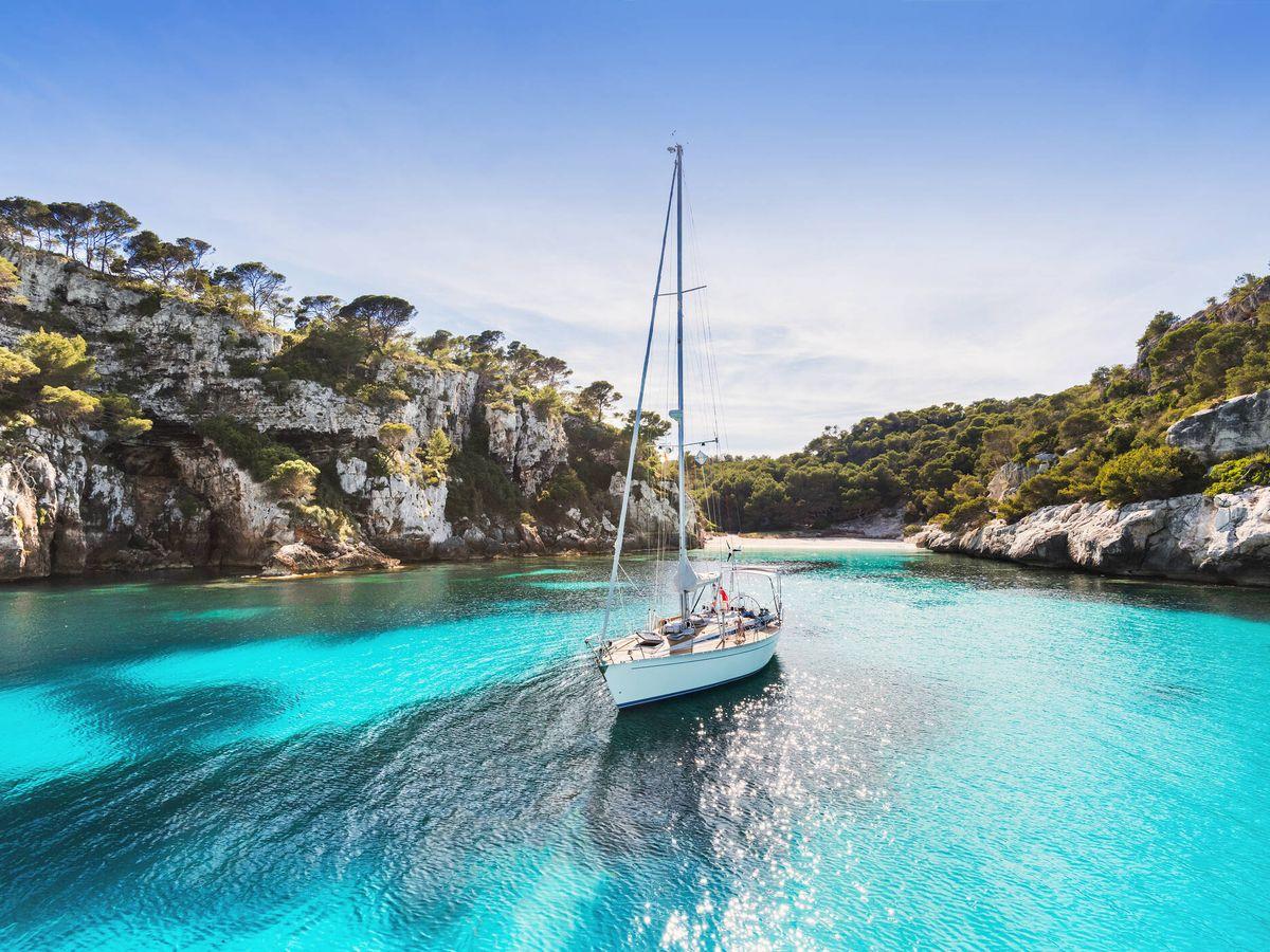 Foto: Velero en la isla de Menorca (Fuente: iStock)