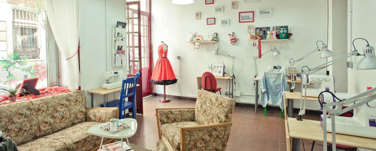 Foto: Café con bordados, pizzerías con libros... Estos locales tienen doble vida