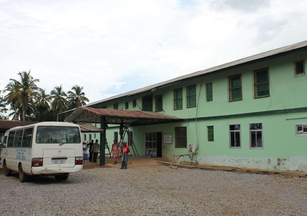 Foto: La entrada del hospital de Mabesseneh, en Sierra Leona, donde el misionero Manuel García Viejo luchaba contra el ébola. (Gonzalo Araluce)