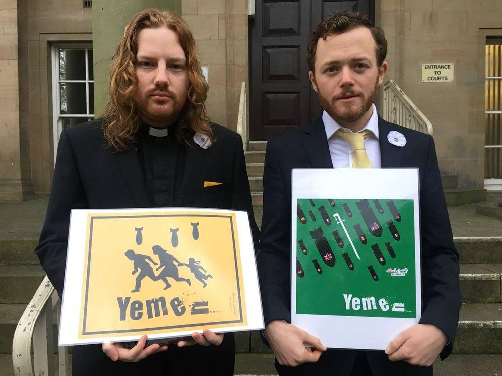Foto: El reverendo Daniel Woodhouse y el activista antiguerra Sam Walton, en la puerta del tribunal (Fuente: Twitter de Sam Walton)