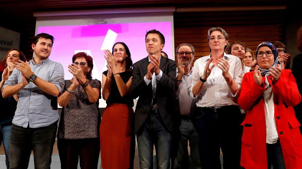 Foto: El portavoz de Más Madrid en el Parlamento regional, Íñigo Errejón (5i), junto a la coportavoz del grupo, Rita Maestre (4i), entre otros, al finalizar la asamblea convocada por la agrupación madrileña. (EFE)