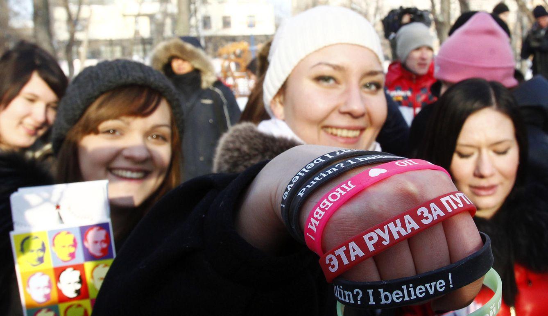 """Foto: Jóvenes miembros de la """"Network of supporters of Putin"""" durante una marcha en Moscú, el 14 de febrero de 2012 (Reuters)."""