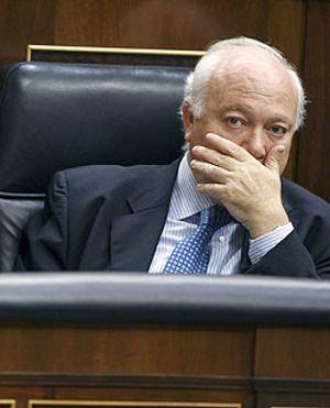 Moratinos rompe a llorar en su escaño al despedirse como ministro