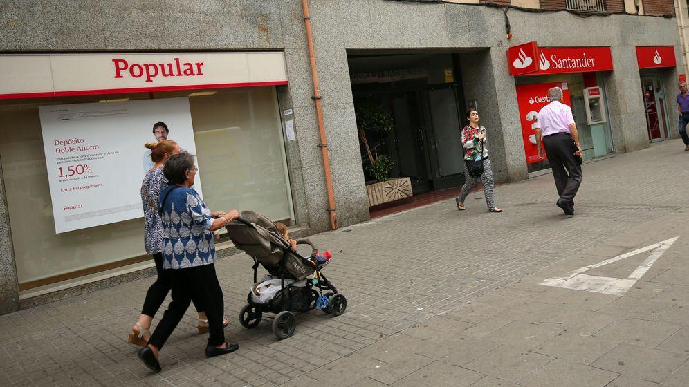 Foto: Oficinas del Banco Santander y Popular, en una calle de Barcelona. (EFE)