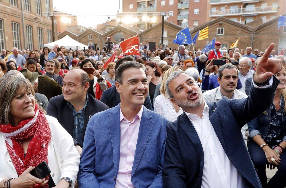Foto: Pedro Sánchez, con el candidato por Barcelona del PSC, Jaume Collboni, y la alcaldesa de L'Hospitalet, Núria Marín, este 23 de mayo. (EFE)