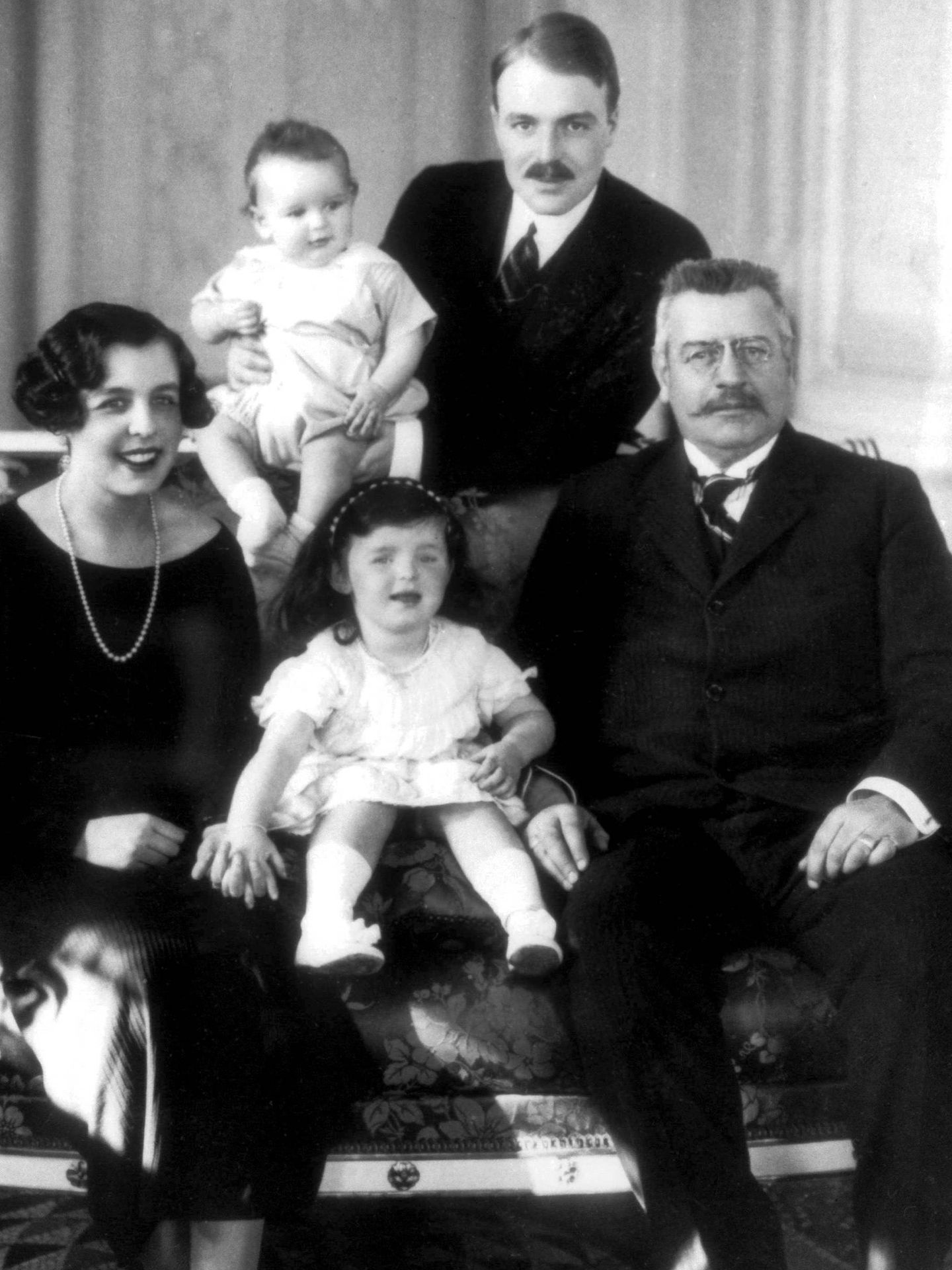 La princesa Carlota, con su marido, su padre y sus dos hijos. (CP)
