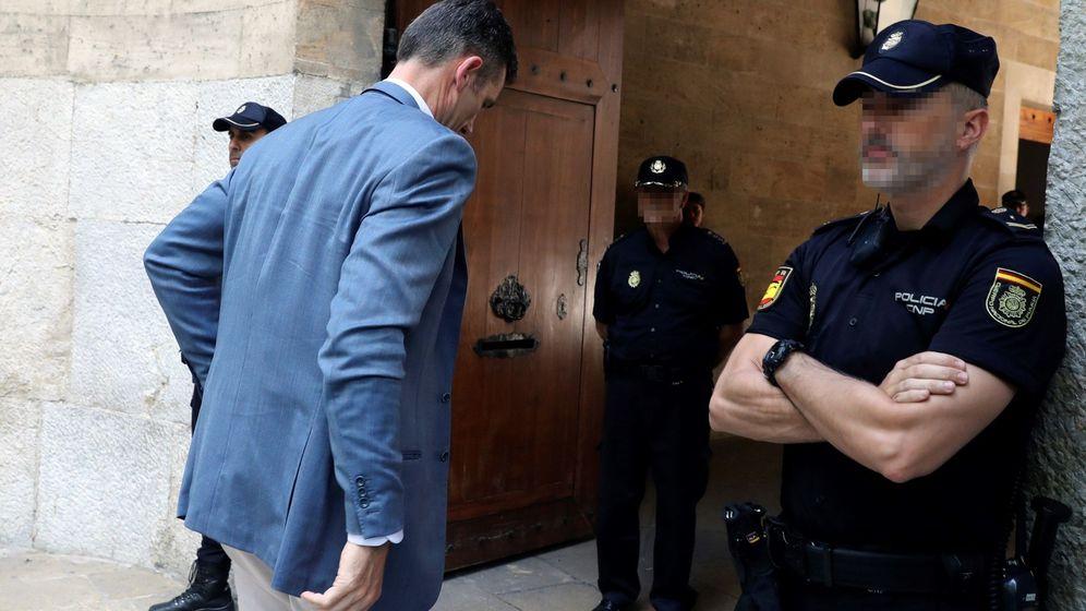 Foto: Urdangarin, a su llegada a la Audiencia Provincial de Palma para recibir el mandamiento de ingreso. (EFE)