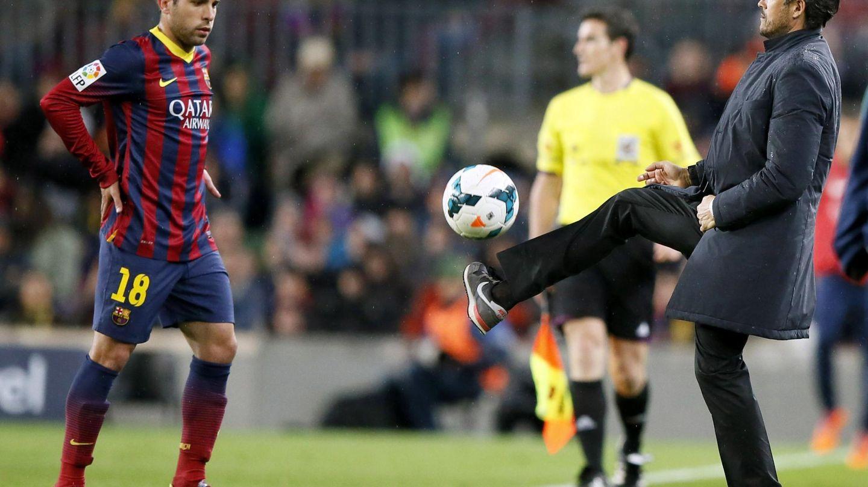 Jordi Alba y Luis Enrique, durante un partido del Barça. (EFE)