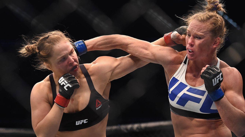 Foto: Ronda Rousey (i) ante Holly Holm durante la UFC 193 en Melbourne.