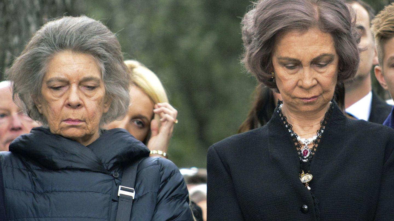 La reina Sofía y su hermana Irene, rindiendo homenaje al rey Pablo I en un acto celebrado en el cementerio real del palacio de Tatoi. (EFE)