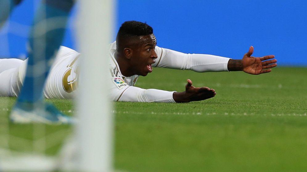 Foto: Vinícius, pidiendo un penalti frente al Real Betis. (EFE)