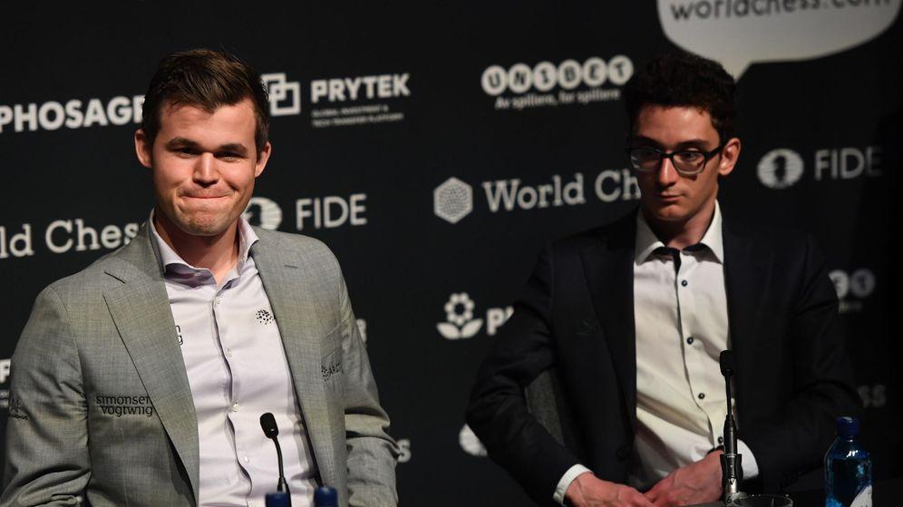 Foto: Magnus Carlsen (i) y Fabiano Caruana en la rueda de prensa posterior a la última partida del Mundial de Ajedrez. (EFE)