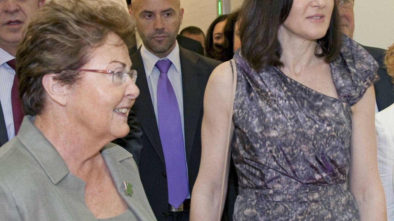 La galerista, con la entonces ministra de Cultura, Ángeles González-Sinde, en Cáceres. (EFE)