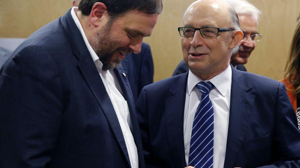 Foto: El vicepresidente de la Generalitat, Oriol Junqueras, junto al ministro de Economía, Cristóbal Montoro (EFE)