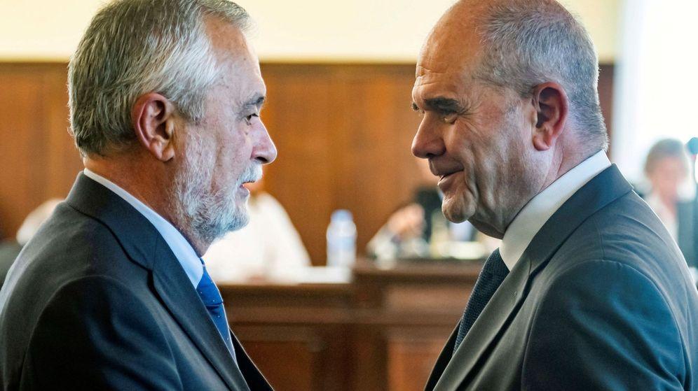 Foto: Los expresidentes de la Junta de Andalucía Manuel Chaves (d) y José Antonio Griñán (i). (EFE)