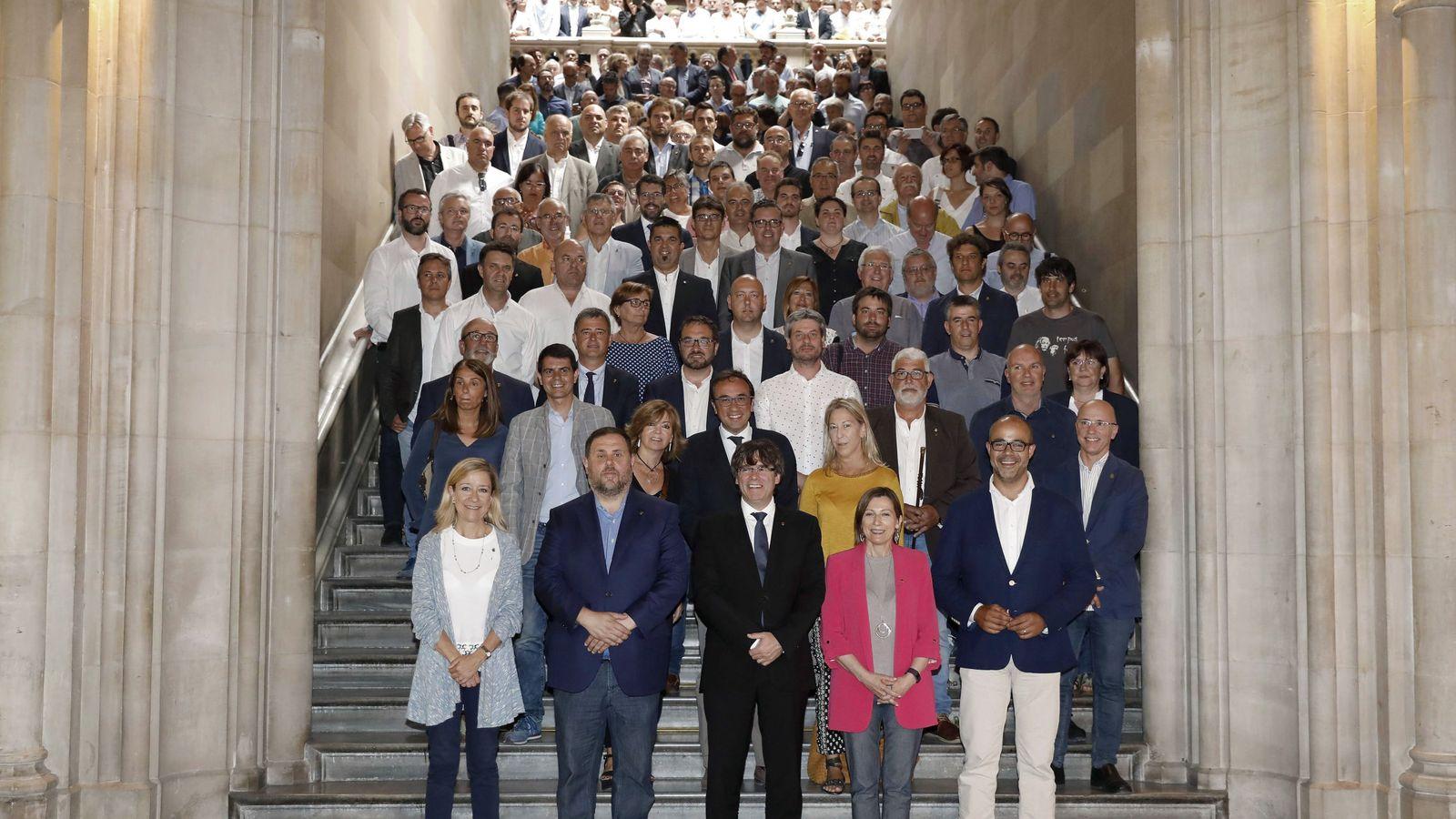 Foto: Carles Puigdemont, Oriol Junqueras y Carme Forcadell, en el acto de compromiso de los municipios catalanes por el referéndum, este 1 de julio en Barcelona. (EFE)