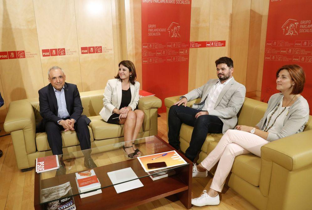 Foto: Adriana Lastra y Rafa Simancas, con los republicanos Gabriel Rufián y Carolina Telechea, este 16 de julio en el Congreso. (EFE)