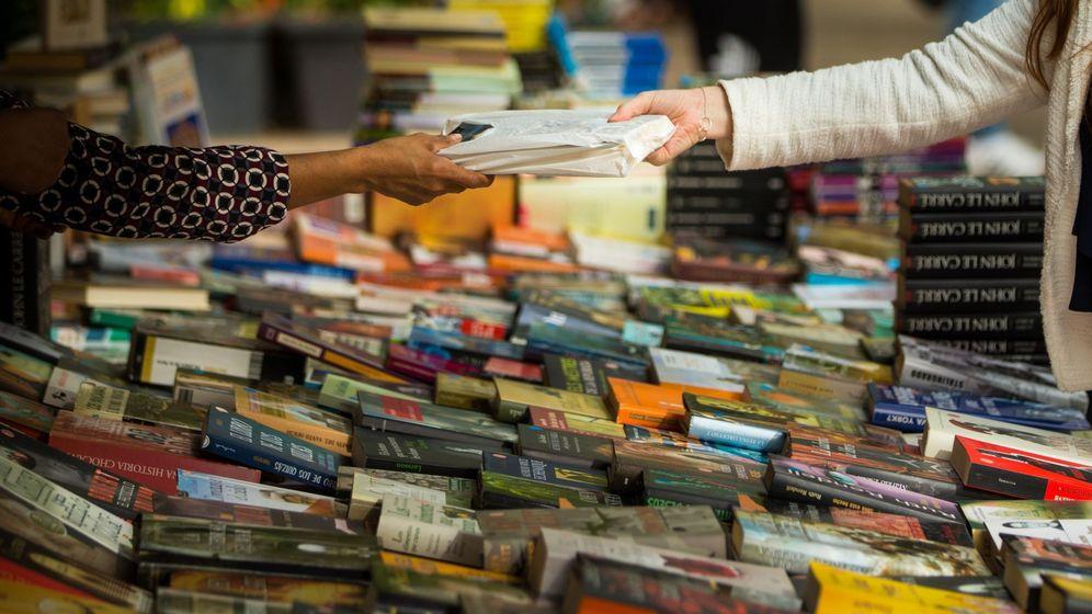 Foto: Una joven compra un libro en uno de los puestos de las Ramblas de Barcelona durante Sant Jordi. (Efe)