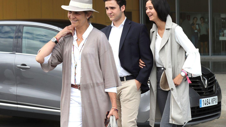 La Infanta y sus hijos, Victoria Federica y Felipe Juan Froilán, tras visitar a su abuelo en el hospital. (EFE)