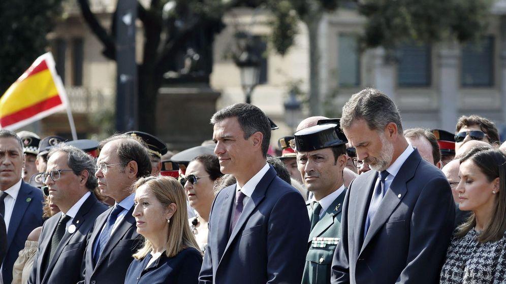 Foto: Los Reyes saludan una por una a las víctimas al término del acto del 17-A. (EFE)