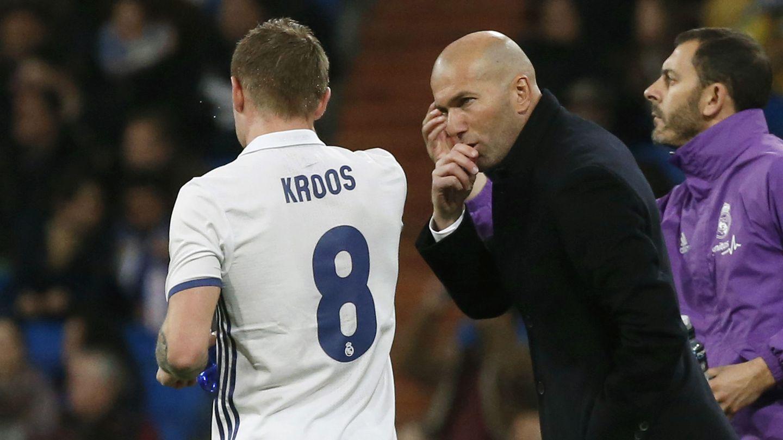 Zidane da instrucciones a Kroos durante un partido. (EFE)