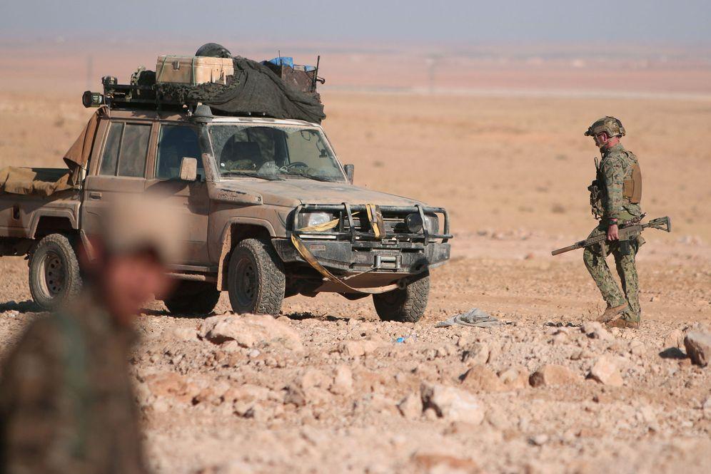 Foto: Un combatiente estadounidense integrado en las Fuerzas de Siria Democrática al norte de Raqqa, en noviembre de 2016 (Reuters)