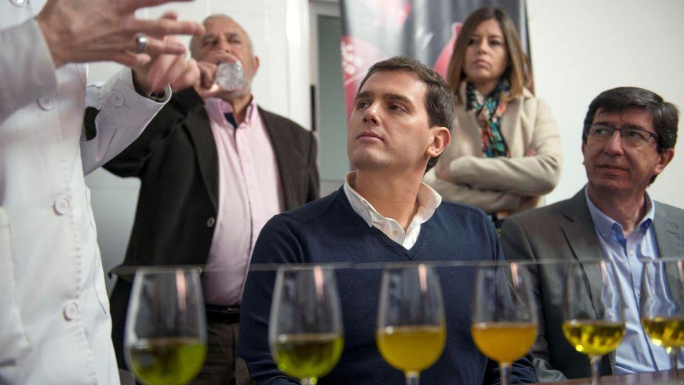 Foto: Albert Rivera junto al líder de Cs en Andalucía, Juan Marín, catando aceite de oliva virgen en una almazara de Jaén. (EFE)