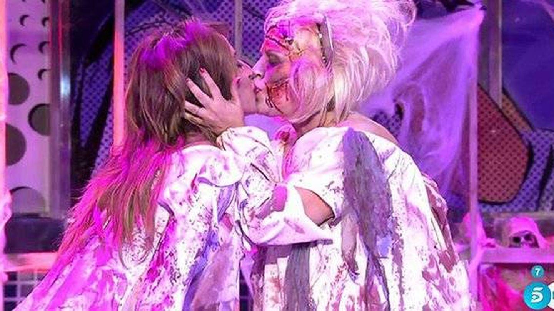 Beso en los labios de Terelu y María Patiño.