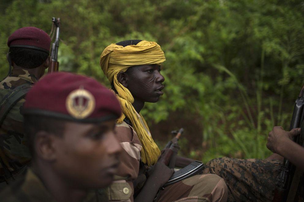 Antiguos Seleka se dirigen a un pueblo atacado en Bambari (Reuters).