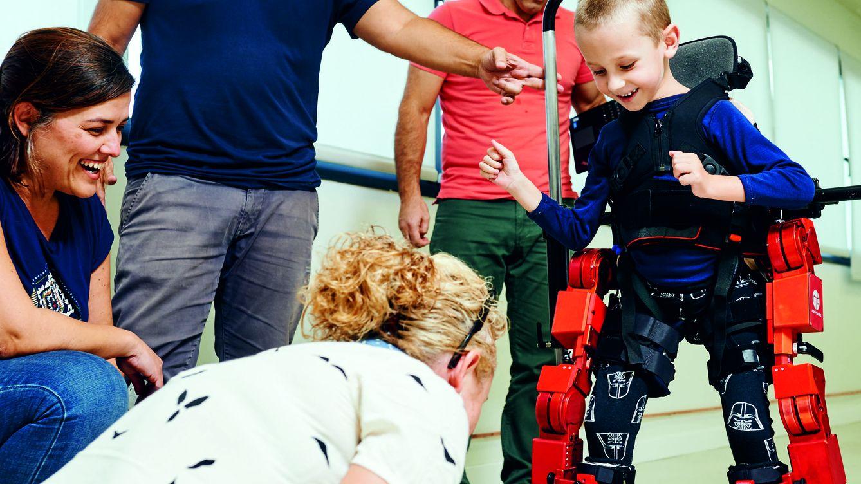 Exoesqueletos para que los niños sin movilidad caminen por primera vez