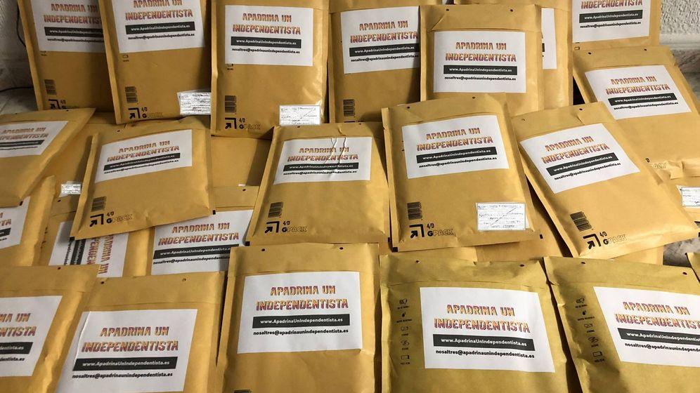 Foto: Los primeros 100 paquetes con las banderas de España salieron ayer hacia sedes independentistas de ERC. (EC)