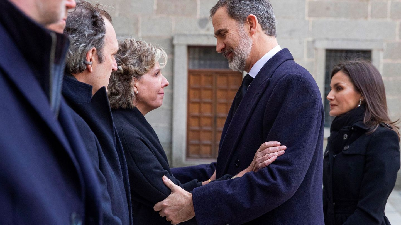 El rey Felipe saluda cariñosamente a su prima Simoneta, en el último adiós a la infanta Pilar. (EFE)