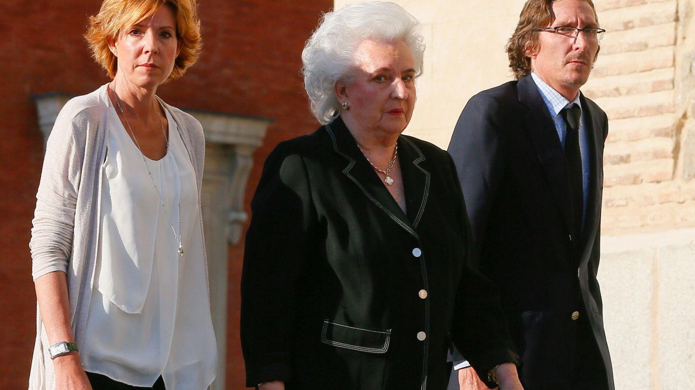 La infanta Pilar de Borbón y sus hijos Simoneta y Fernando Gómez-Acebo, en una imagen de archivo. (EFE)