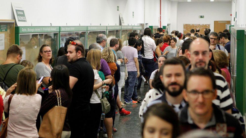 Foto: Colas en las oposiciones de Correos. (EFE)