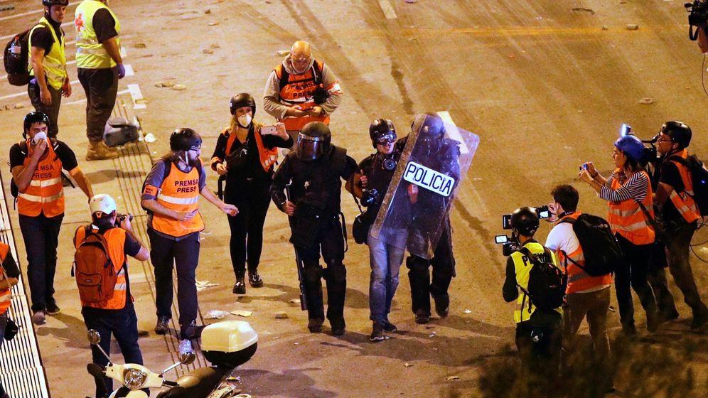 Foto: Dos policias se llevan detenido a Albert García. (EFE)