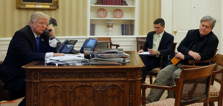 Foto: Trump, junto a Flynn y Bannon, habla por teléfono con el primer ministro australiano, Malcolm Turnbull. (Reuters)