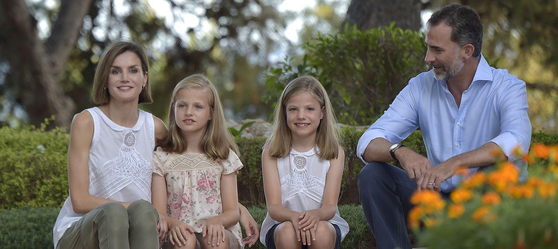 Foto: Los Reyes junto a sus hijas en el tradicional posado de verano en el Palacio de Marivent (Gtres)