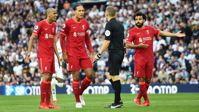 Los jugadores del Liverpool protestan al árbitro. (Reuters)