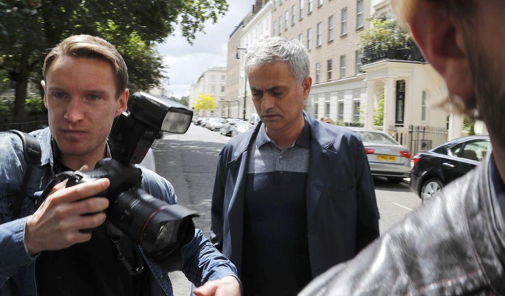 Foto: José Mourinho fue cazado por diferentes medios mientras hacia la mudanza con destino a Manchester (Reuters)