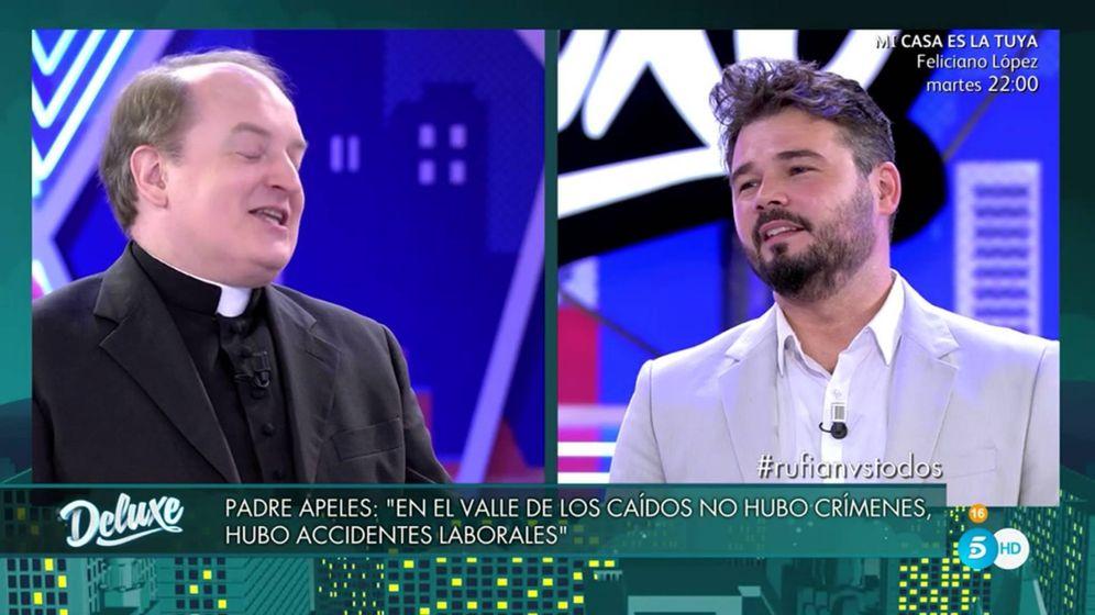 Foto: El padre Apeles y Gabriel Rufián en 'Sábado deluxe'.