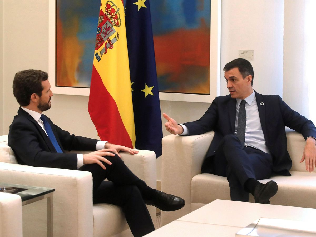 Foto:  El presidente del Gobierno, Pedro Sánchez (d), recibe al líder del Partido Popular (PP), Pablo Casado (i). (EFE)