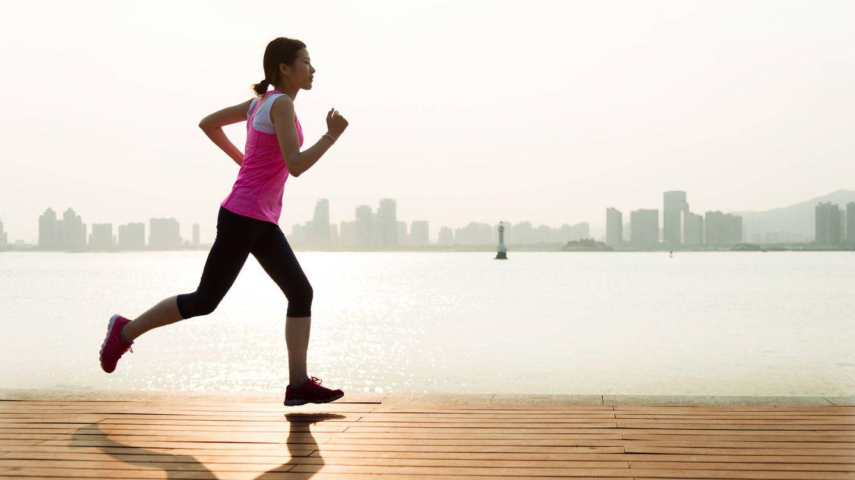 Una mujer realiza ejercicio físico