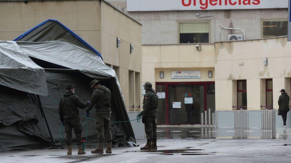 Foto: Efectivos del Ejército de Tierra en el hospital de campaña anexo al Hospital General Universitario Gregorio Marañón de Madrid. (EFE)