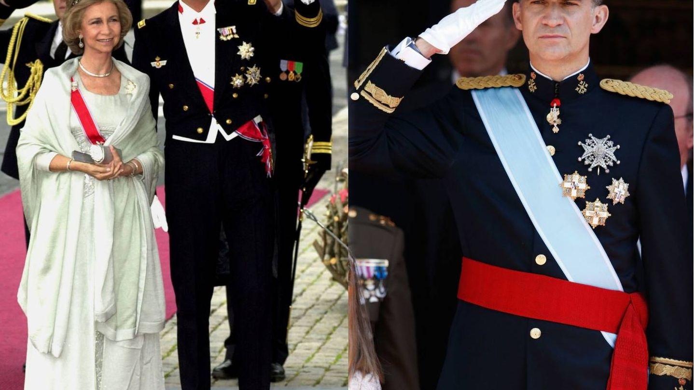 El rey Felipe con uniforme, en la boda de Haakon de Noruega del brazo de su madre, la reina Sofía, frente a una imagen de 2014. (Getty)