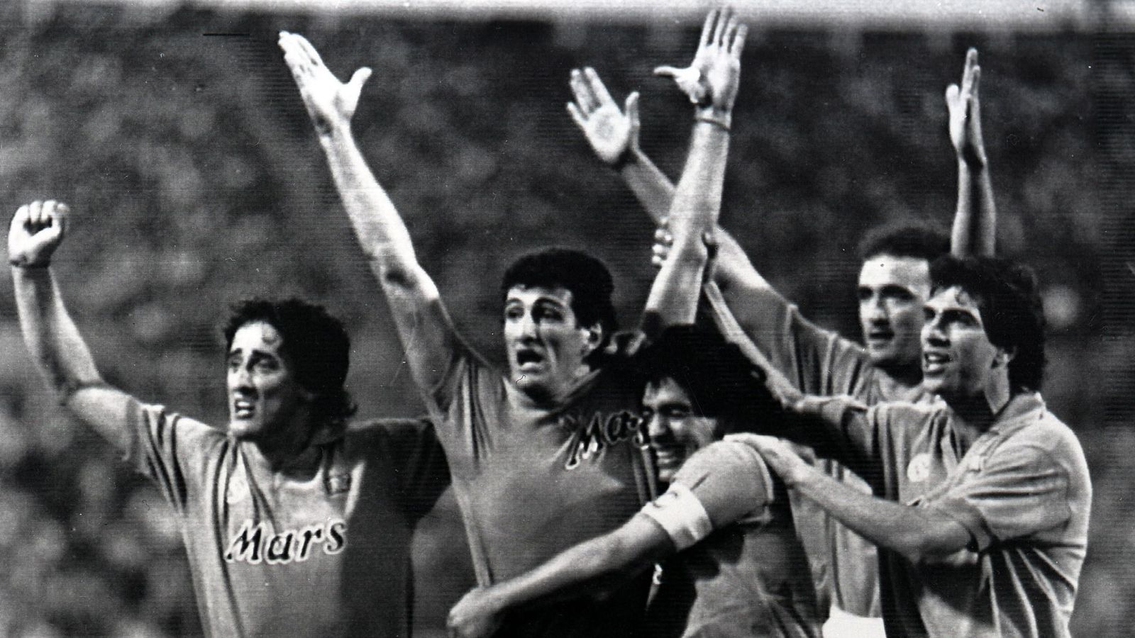 Maradona celebra junto a sus compañeros la UEFA ganada en 1989. (EFE)