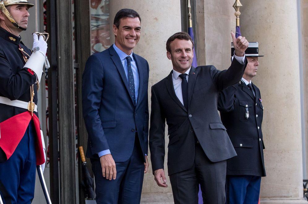 Foto: Emmanuel Macron recibe a Pedro Sánchez en El Elíseo, este 27 de mayo. (EFE)