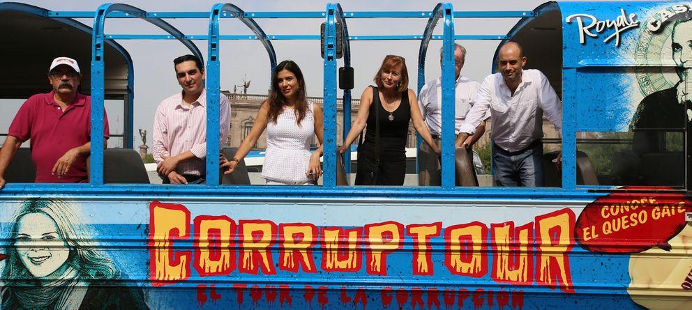 Foto: El autobús de la corrupción, abierto para sentir la brisa de la podredumbre. (Vía Ciudadana)