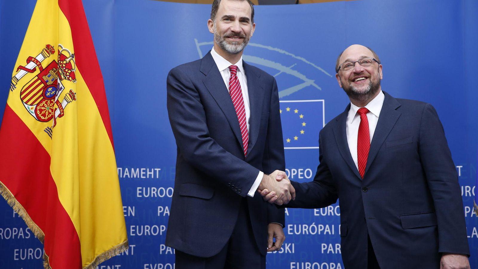 Foto: El presidente del Parlamento Europeo, Martin Schulz (dcha), da la bienvenida al rey Felipe VI antes de mantener una reunión en el Parlamento Europeo en Bruselas. (EFE)