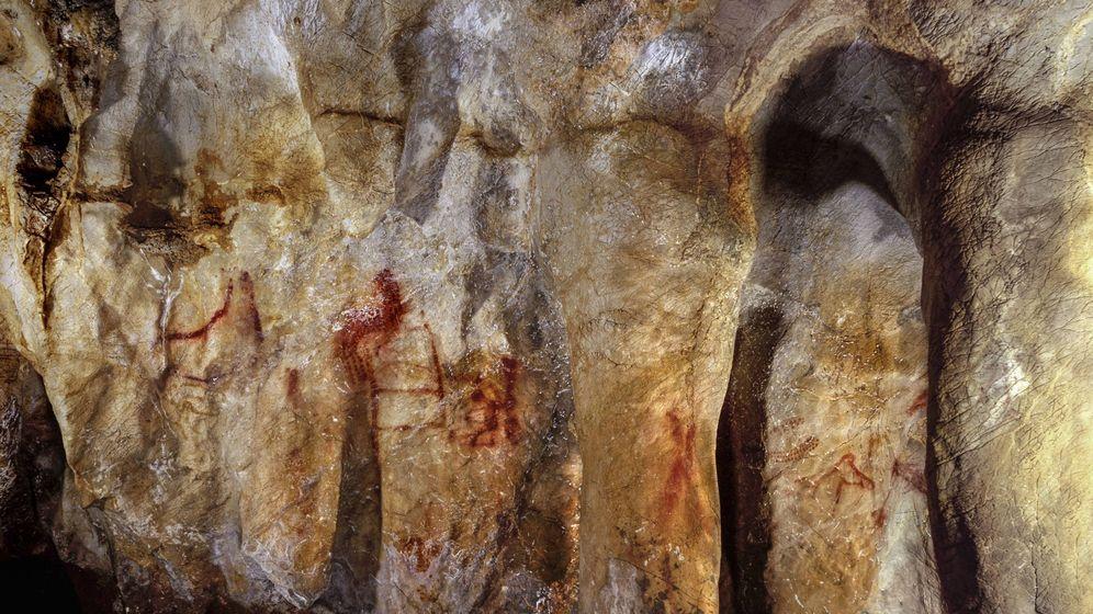 Foto:  Una de las paredes de la cueva de La Pasiega, en Cantabria (J. Zilhão)
