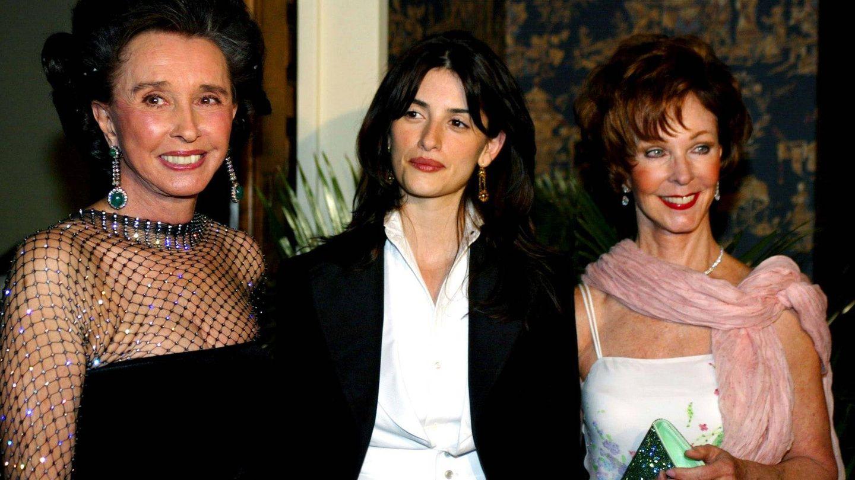 Aline Griffith junto a Penélope Cruz y Julia Argyros en abril de 2002